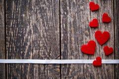 与红色心脏witout文本的布朗木背景 库存图片