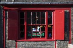 与红色快门的窗口,装饰用与一匹马的一张图画在关于南银行的一个传统圣诞节样式在伦敦 库存图片