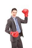 与红色拳击手套的愉快的新生意人 库存图片