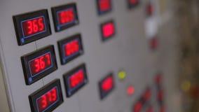 与红色数字的工业控制板在显示参量的显示 影视素材