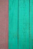 与红色方格的织品边界的空白的古色古香的绿色木标志 库存照片