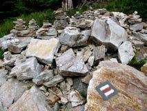 与红色旅游标志的石头 免版税库存图片