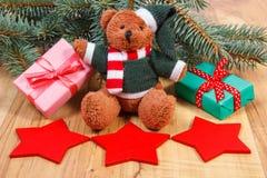 与红色星和礼物圣诞节的,云杉的分支的玩具熊 免版税图库摄影