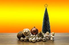 与红色星的高绿色圣诞树在上面和装饰球和两个天使 库存照片