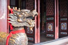 与红色条纹的龙雕象在一个寺庙的词条在奇恩角 图库摄影