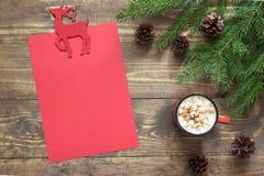 与红色杯子的圣诞节构成和圣诞老人或您的wishlist或出现活动的空的红色空白的信件 图库摄影