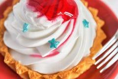 与红色果冻的蛋糕 图库摄影