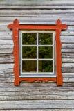 与红色框架在木屋墙壁上,传统风格的一个窗口 免版税库存照片