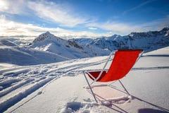 与红色椅子和看法的冬天大阳台 免版税库存图片
