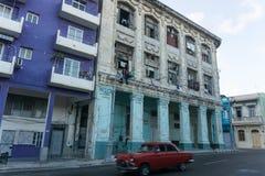 与红色汽车的老buildins门面从la哈瓦那,古巴 图库摄影