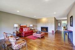 与红色沙发和壁炉的现代客厅内部 图库摄影