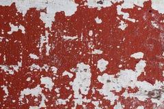 与红色油漆污点和白色背景的困厄的被绘的墙壁纹理 在过时油漆的被绘的纹理 免版税库存图片