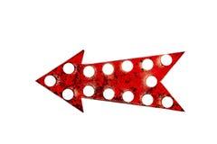 与红色油漆的减速火箭的老生锈的红色箭头标志崩裂了和剥皮和与发光的电灯泡 免版税图库摄影