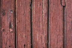 与红色油漆的老木头 垂直 免版税库存图片