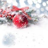 与红色泡影的圣诞节背景在展示,文本空间 免版税库存图片