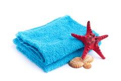与红色海星的蓝色毛巾 免版税图库摄影