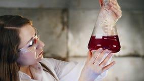 与红色液体的实验在烧瓶 股票录像