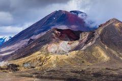 与红色火山口和Mt Ngauruhoe, Tongariro, NZ的火山的风景 图库摄影
