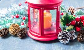 与红色灯笼的美好的圣诞装饰 免版税库存照片
