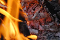 与红色炭烬的明亮的橙色火火焰 库存图片