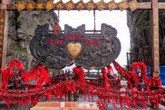 与红色爱心脏的华丽标志在Tianman山的避风港门 免版税图库摄影