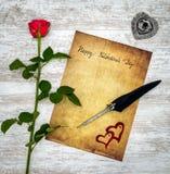 与红色玫瑰、被绘的牡鹿、墨水和纤管的葡萄酒卡片在白色被绘的橡木-顶视图 库存例证