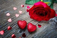 与红色玫瑰和心脏,拷贝空间的情人节概念 免版税库存图片