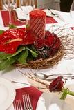 与红色玫瑰和蜡烛的表 免版税库存照片