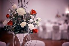 与红色玫瑰的婚礼花束在桌上 免版税库存照片