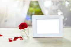 与红色玫瑰的白色框架在玻璃 免版税库存照片