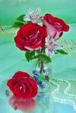 与红色玫瑰的花束 库存图片