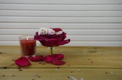 与红色玫瑰花的浪漫乐趣冬天季节摄影图象在里面一个小瓶子和蛋白软糖雪人与被点燃的蜡烛 免版税库存照片