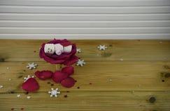 与红色玫瑰花的浪漫冬天季节摄影图象在里面一个小瓶子和蛋白软糖的雪人和雪花 免版税库存照片