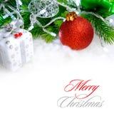与红色球、绿色冷杉分支和白光的圣诞节装饰在雪 2007个看板卡招呼的新年好 免版税库存图片