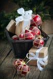 与红色球和配件箱的圣诞卡 免版税库存图片