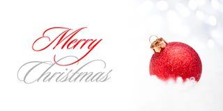 与红色球的圣诞节装饰在被弄脏的背景的雪与假日光 2007个看板卡招呼的新年好 免版税库存图片