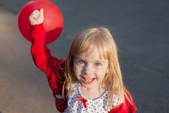 与红色球的小女孩戏剧 库存照片