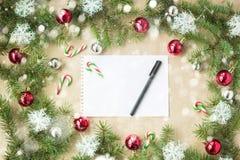 与红色球的欢乐圣诞节边界在冷杉分支和雪花与雪在土气米黄背景 免版税库存图片