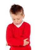 与红色球衣的小恼怒的孩子 库存图片