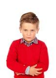 与红色球衣的小恼怒的孩子 免版税图库摄影