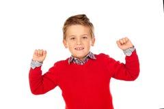 与红色球衣的愉快的优胜者孩子 免版税库存照片
