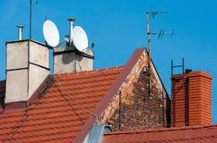 与红色瓦片的屋顶。 免版税库存图片