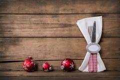 与红色白色的乡村模式的圣诞节装饰检查了刀匠 库存图片