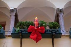 与红色的圣诞节装饰在大厦,萨尔茨堡,奥地利鞠躬 免版税库存图片