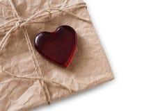 与红色的情人节手工制造当前老纸在白色背景heartisolated 图库摄影