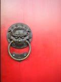 与红色的狮子响铃给门装门 免版税图库摄影