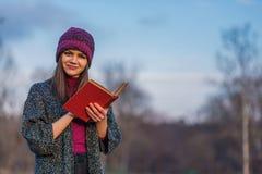 与红色盖子的被打开的书 免版税库存图片