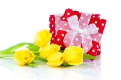 与红色短上衣小点礼物盒的美丽的郁金香 免版税库存照片