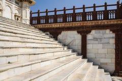 与红色石楼梯栏杆的白色大理石步 图库摄影