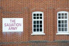 与红色砖砌的救世军标志 库存图片